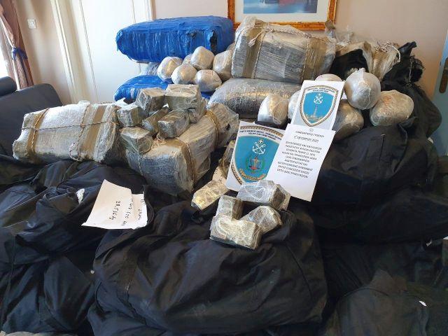 Video – Εντοπισμός μεγάλης ποσότητας ναρκωτικών ουσιών ενός τόνου, εκατόν ογδόντα πέντε κιλών και σαράντα εννέα γραμμαρίων (1.185,49kg) από τα στελέχη του Λιμενικού Σώματος – Ελληνικής Ακτοφυλακής στο Μεσσηνιακό κόλπο